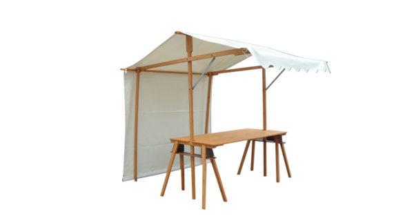 Ein Markstand mit weißer Plane und einer zwei Meter breiten Tischfläche aus Holz. Man kann ihn benutzen um Waren auf einem Wochenmarkt zu präsentieren oder um Speisen anzubieten